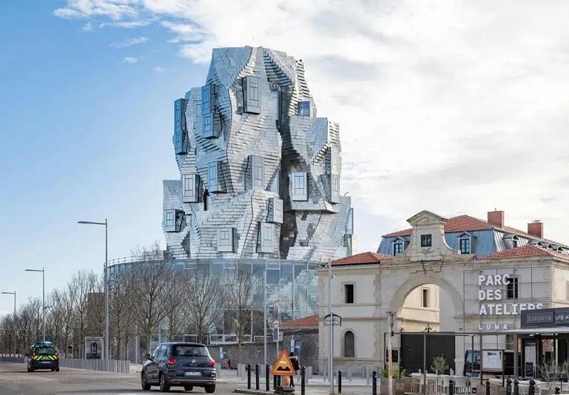 这幢不规则形状的大楼