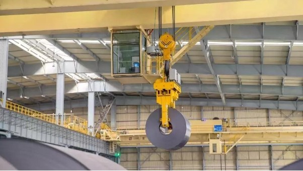 3台智能行车轻松操作1万平方米的钢卷成品库无锡不锈钢厂家中兴溢德