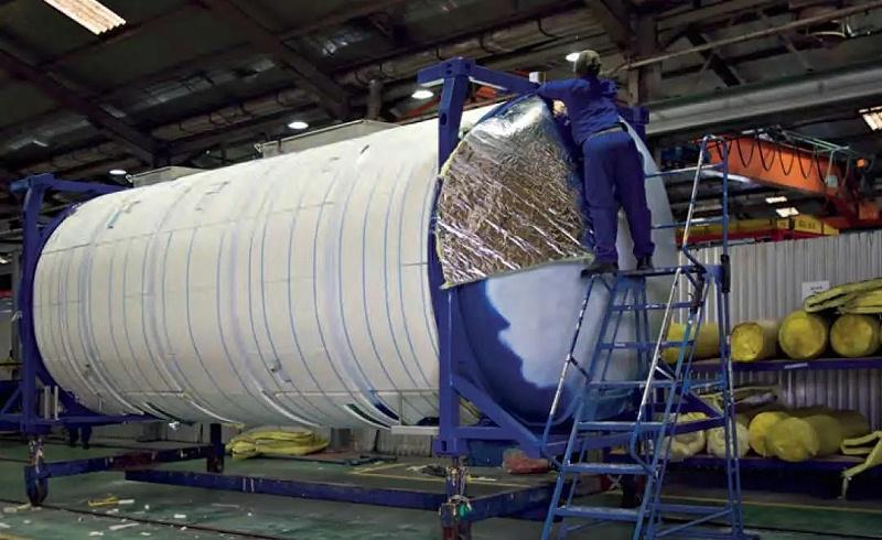 工人安装保温层,保温层覆盖了整个不锈钢罐箱。