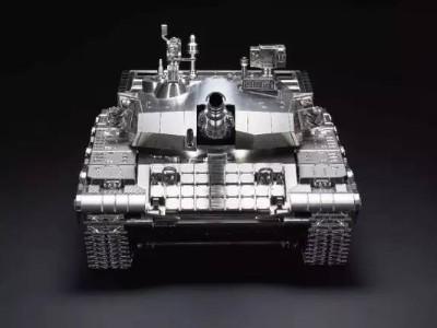这全不锈钢99式坦克模型真是精美绝伦!简直炫酷!好想拥有一辆呀!