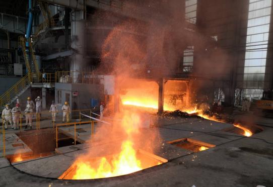 3月31日9:18,德信钢铁成功冶炼第一炉钢水!