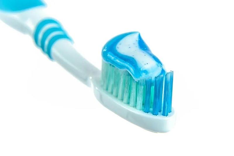 1.牙膏清洁法